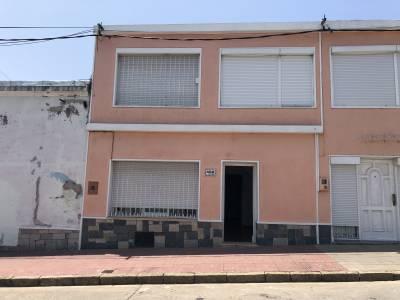 Casa 2 dormitorios, a metros Plaza Artigas, con estufa a leña y parrillero