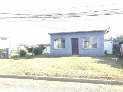 Casa dos dormitorios, en una zona muy tranquila de la ciudad de San Carlos, entrada para vehículos, estufa a leña techo de plancha.