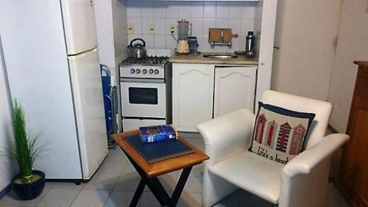 Edificio en zona céntrica sobre Avda. Gorlero. Cuenta con 1 dormitorio con cama matrimonial, 1 baño, living comedor con sofa cama, kitchinette. BINTANG Propiedades.
