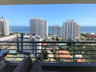 Espectacular apartamento en piso alto a mts de playa mansa y Enjoy Conrad. con las mejores vistas panorámicas a la mansa y brava.!! Amplio y apaisado living comedor con excepcional vista de 270 grados, con ventanales de piso a techo y salida a gran balcón con parrilla americana a gas. Cocina definida con balcón de servicio, toilette de recepción, 3 dormitorios en suite con muy lindas vistas hacia la ciudad y playa brava. Espectacularmente amoblado y equipado, todo a estrenar. Muebles y decoración hechos a medida por OCCIDENTE ESTUDIO, aires acondicionados multi split inverter, cortinas y blackoutss eléctricos en todos los ambientes, etc. Los más completos amenities y servicios, gastos comunes razonables. Garaje doble en subsuelo y box de guardado. BINTANG Propiedades.
