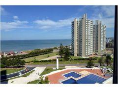 Sobre playa mansa , 3 dormitorios  Punta del Este.-