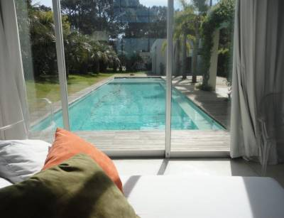 Muy linda casa, comoda con buena distribución de ambientes, y cuenta con piscina exterior bastante extensa; Se destaca la vista al mar. Consulte!
