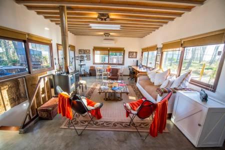 Hermosa y acogedora casa a estrenar en un entorno tranquilo y a solo 100 mts de la playa! Cuenta con 2 dormitorios, 2 baños, toilette, living comedor, cocina integrada, deck con parrillero, y parque cercado. A/AC, WIFI, y más.