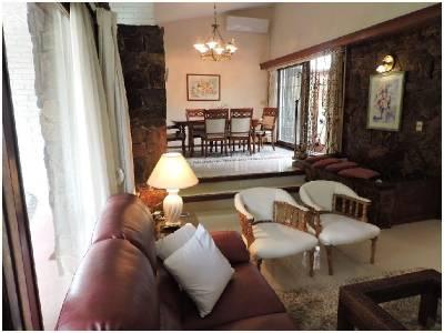 Hermosa casa  , ideal para vivir todo el año , zona paradas , Punta del Este.-