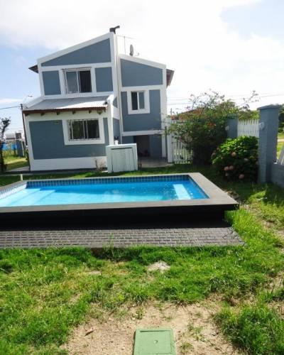 Casa a pasos del mar, 450 mts de terreno, living comedor con estufa a leña, cocina integrada, 3 dormitorios, 1 de ellos en suite, 2 baños, parrillero, piscina.