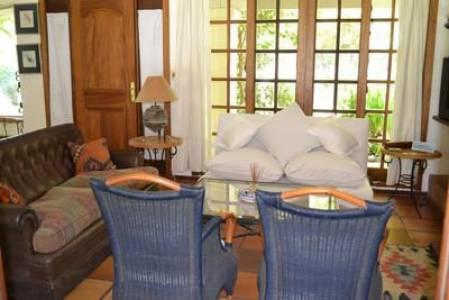 ZONA RESIDENCIAL ,muy agradable, 4 dorm. (2 en suite), y dep. de servicio. Cuenta con un club house y piscina.Deeck con estar y parrillero al jardín,fresca,luminosa.