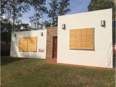 Muy linda casa de 2 dormitorios 2 baños, living, comedor, cocina, parque con parrillero y estacionamiento.