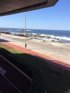Apartamento en Peninsula en rambla brava frente al mar en 1era linea 3 de 2 baños terraza amplia con partillero parrillero y 2 garajes. Consulte!!!!!!