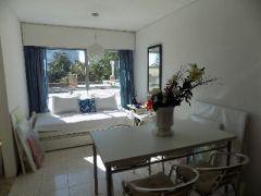 Apartamento en la peninsula, de 1 dormitorio definido con placar, un baño amplio, cocina con ventanas y placares, Living y comedor, y garaje cerrado.