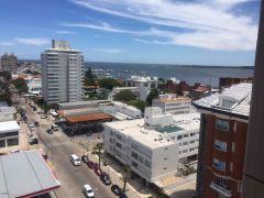 Apartamento en peninsula de 1 dormitorio con vista a la ciudad y al puerto.