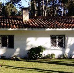 Casa en Rincon del Indio de 3 dormitorios, 2 baños, living-comedor con estufa a leña, cocina y parrillero cuenta con más casa de huéspedes. Consulte!!