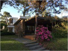 Casa en Pinares de 4 dormitorios mas dependencia a pasos de playa mansa no dude en consultar!!!