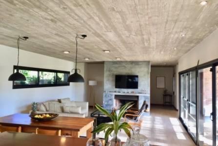 Excelente casa en Barrio Privado, desarrollada en una planta, sólida construcción.