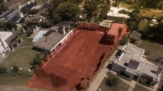Casa en Pinares con cancha tenis. TERRENO DE 780 m2