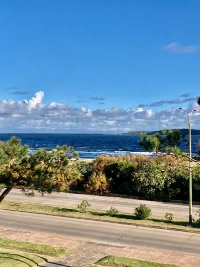 Frente a Playa Mansa con vista privilegiada a la Isla Gorriti