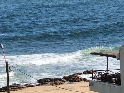 Excelente departamento a pasos del mar y de la playa Bikini. 2 dormitorios, 2 baños, terraza con parrillero, garaje, lavadero, piscina, play room. Portero.