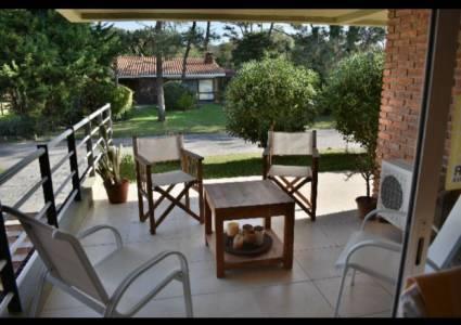 Departamento en la brava Rincón del Indio a una cuadra del mar. 3 dormitorios, garaje, piscina servicio de mucama y parrillero particular.