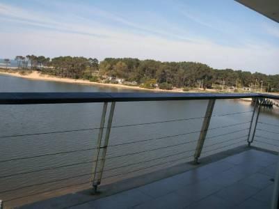 Excelente edificio con vistas increibles al mar. Piscina para grandes y chicos, gimnasio, play room, servicio de mucama, vigilancia 24 horas, servicio de playa y recepción.