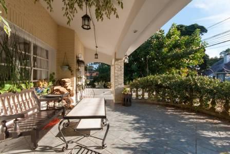 Casa en dos plantas de cuatro dormitorios. Barbacoa. Gran jardín. Para entrar a vivir. Muy bien ubicada a pasos de Av. Roosvelt y a siete cuadras de la playa mansa.