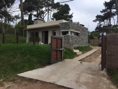 Casa practicamente nueva, buena ubicacion, cerca de colegios, piscina climatizada, riego automatico, aire acondicionado, totalmente cercada y porton electrico.