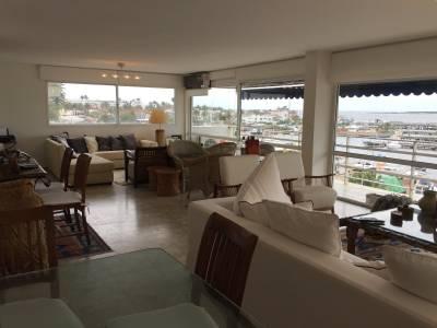 Puerto de Punta del Este. Amplio living comedor con terraza panorámica.