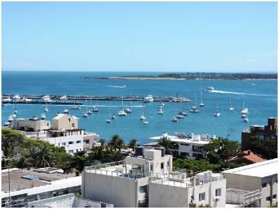 Venta de excelente apartamento, vista al mar, reciclado, 2 dormitorios.