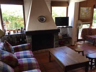 Preciosa casa en impecable estado con el confort y características ideales para vivir todo el año.