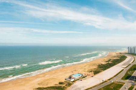 Excelente  Pent House sobre playa brava.-