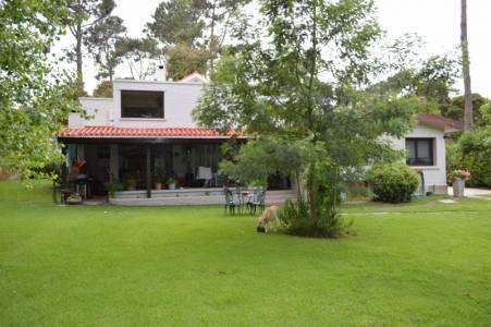 Excelente casa en la mansa, ubicada a pocos metros del mar. No pierda la oportunidad de conocerla.