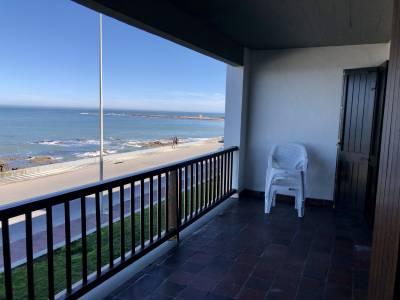 Amplio departamento de tres dormitorios, tres baños, uno en suite, cocina, living-comedor, terraza y garage. Edificio con servicio de mucamas, porteria, barbacoa y servicio de playa.