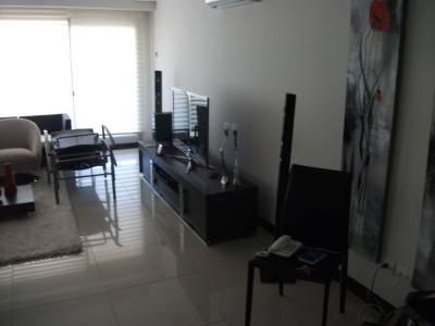 Apartamento sobre playa Brava en exclusiva Torre de Punta del Este.