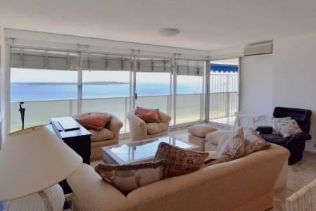 Buen apartamento de 3 dormitorios y dependencia en Playa Mansa con excelente vista al mar!