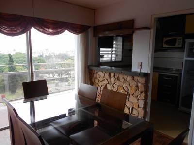 Piso alto, balcón con hermosa vista y excelente ubicación!! Amueblado.