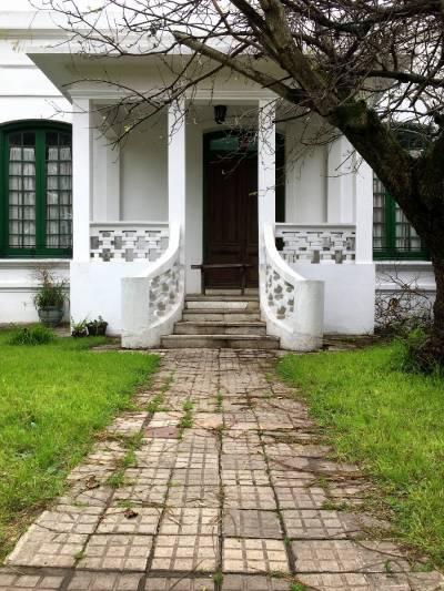 Casa antigua en gran terreno con posibilidades!